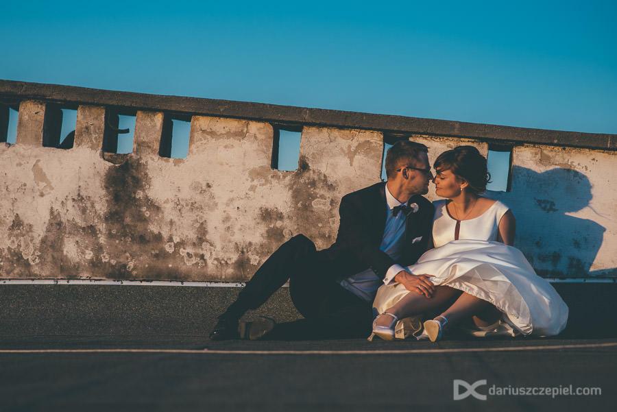 sesja zdjęciowa na dachu ślubna