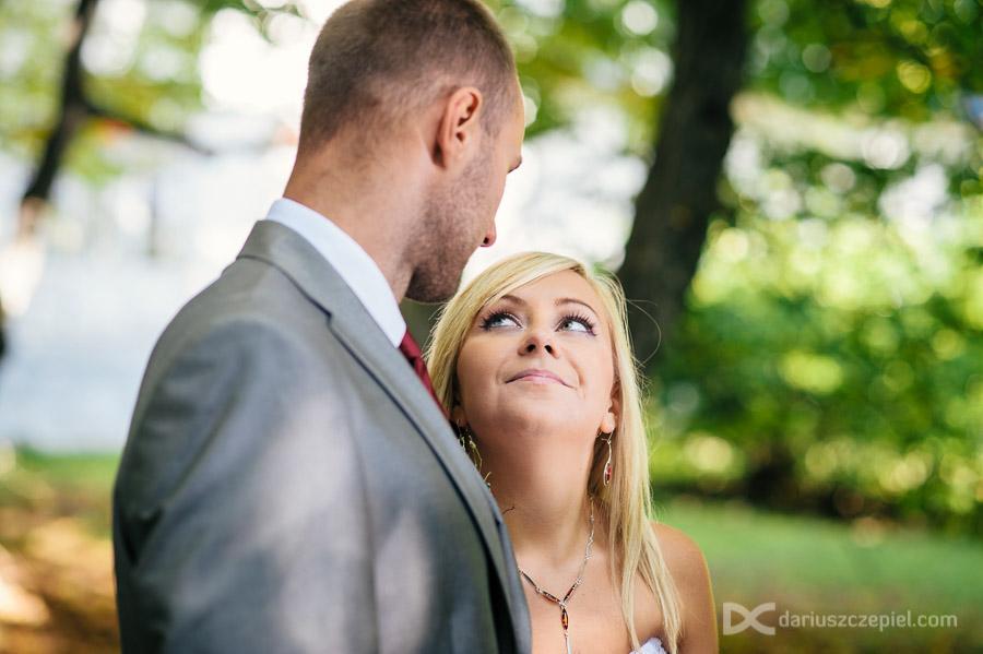 zakochana panna młoda na plenerze ślubnym