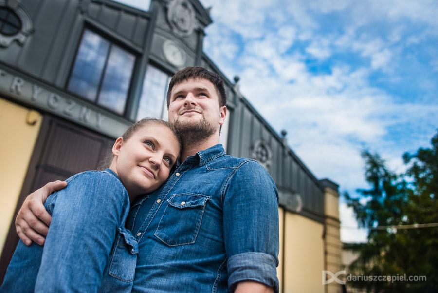 przytuleni karolina i maciek podczas sesji narzeczeńskiej w Krakowie