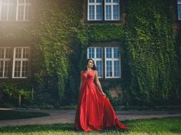 sesja modelki w czerwonej sukni na zamku na wawelu
