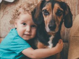 portret dziecka z psem