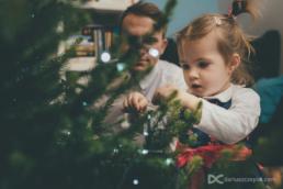 Dziecięca sesja świąteczna wykonana w domu przez Dariusza Czepiel fotografa z Krakowa