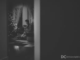 Czarno-białe zdjęcie z sesji świątecznej podczas ubierania choinki bożonarodzeniowej