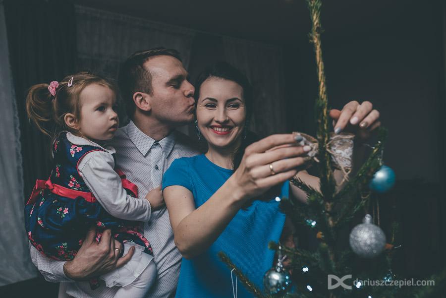 sesja rodzinna kraków - ubieranie choinki całą rodziną