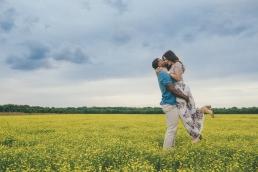 sesja dla zakochanych na łące pełnej kwiatów