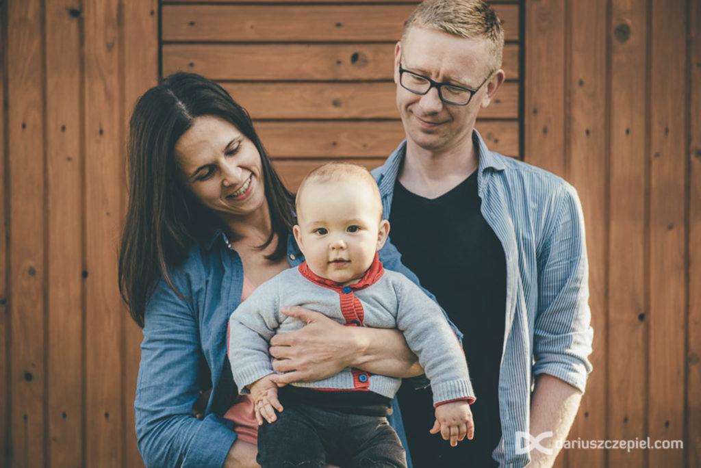 trzyosobowa rodzina na zdjeciu