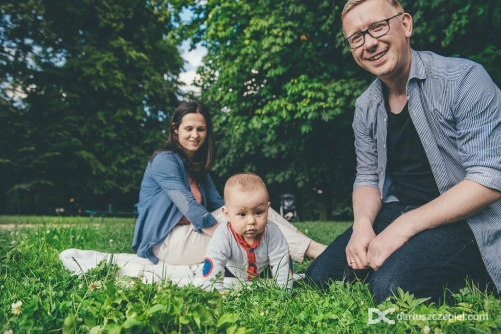 sesja rodzinna na trawie