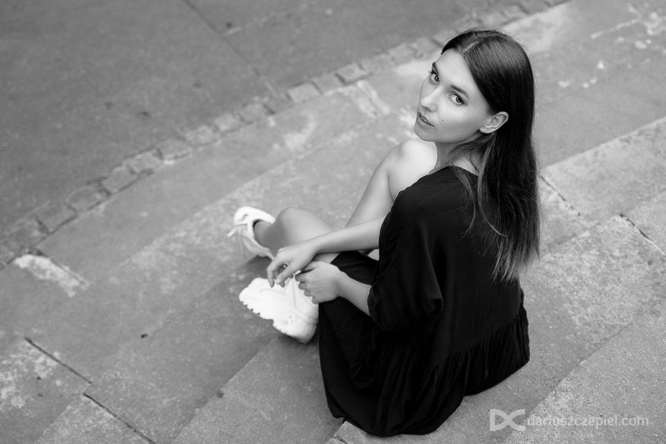 modelka siedzi na schodach przy teatrze słowackiego