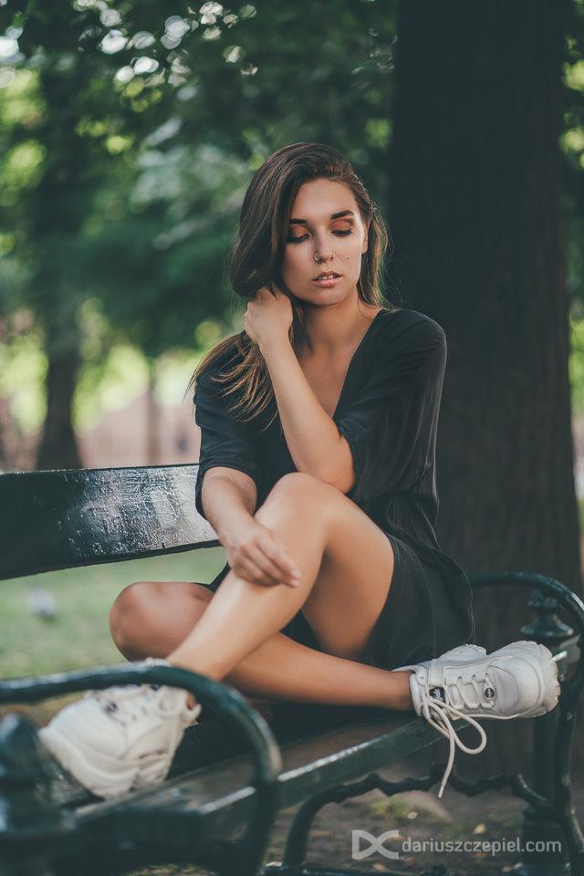 zdjęcia portretowe na plantach krakowskich - pozuje piękna kobieta