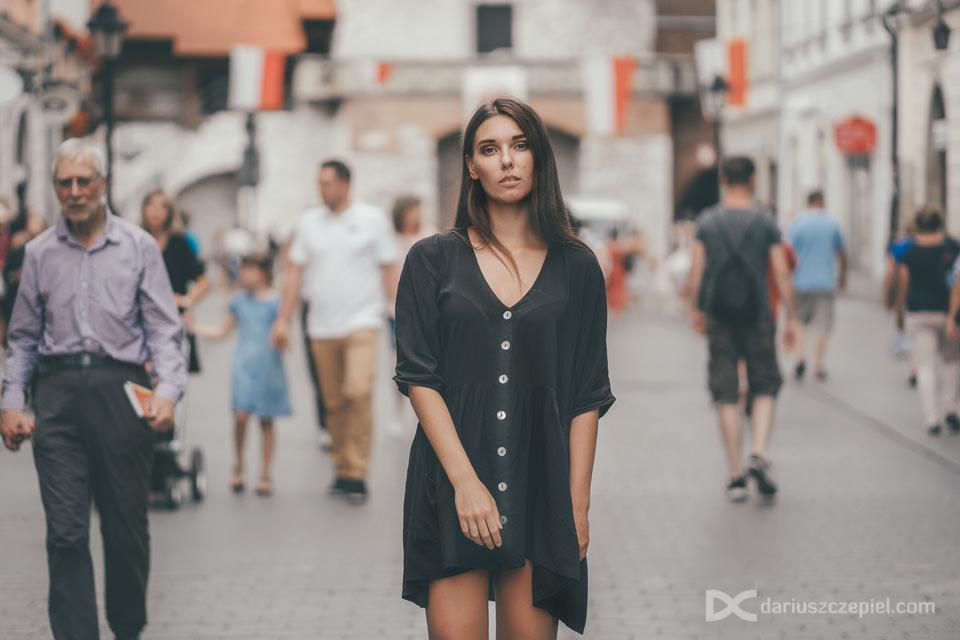 modelka pozuje na ulicy floriańskiej w krakowie w tłumie ludzi