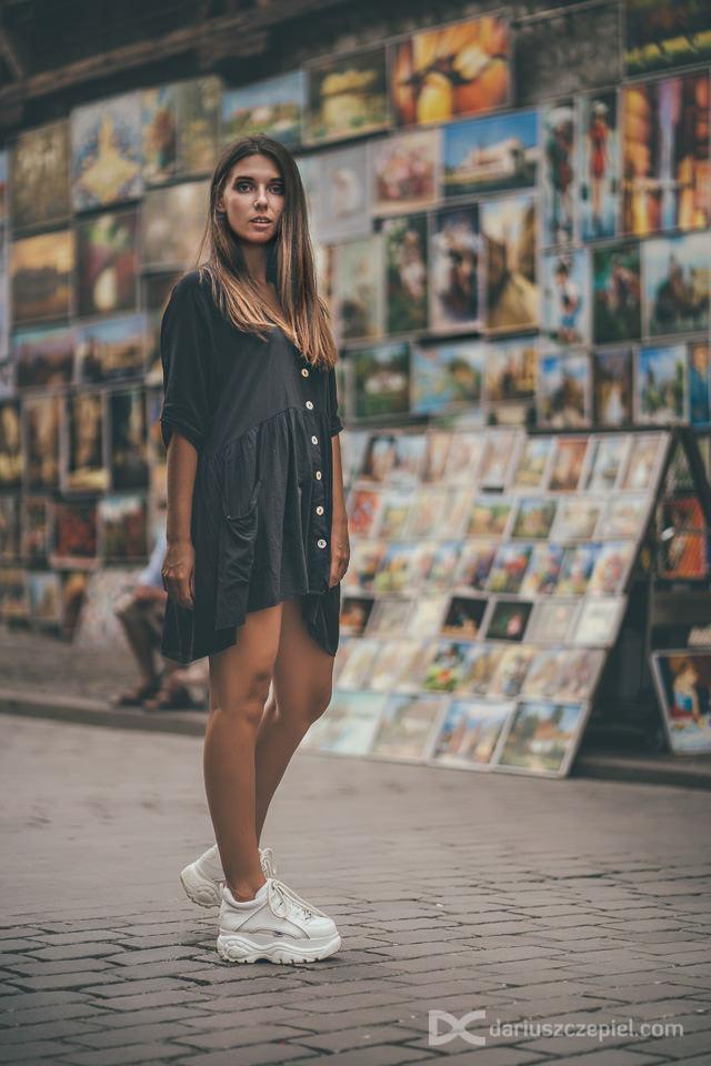 zdjęcia kobiece w centrum krakowa przy bramie floriańskiej w wykonaniu fotografa Dariusza Czepiela