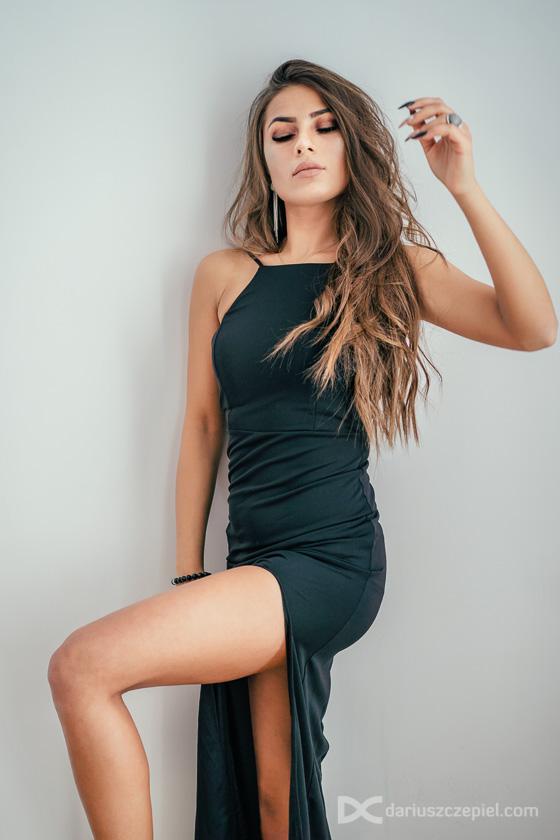mała czarna suknia na sesji kobiecej w studio w zimowe dni