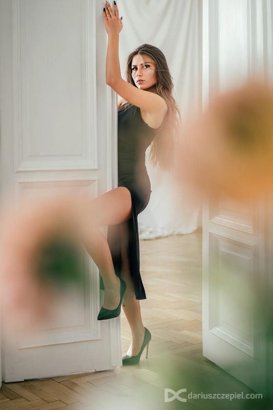 Modelka przy drzwiach to świetny pomysł na kadry do sesji buduarowej czy kobiecej