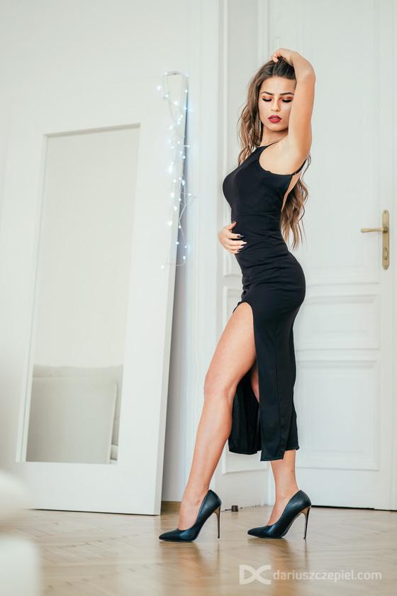 Zjawiskowa Kinga w czarnej sukni pręży się przed obiektywem fotografa krakowskiego Dariusza Czepiela