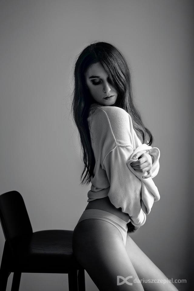 sensualna sesja kobieca to pokazanie kobiety pieknej, seksownej i kuszacej w subtelnych pozach i z cudownie glebokim wzrokiem