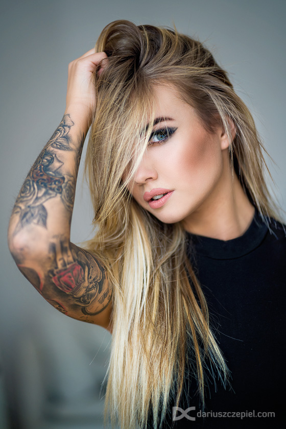 piękny portret zjawiskowej kobiety w rozwianych włosach w wykonaniu fotografa portretowego Dariusza Czepiela w Krakowie