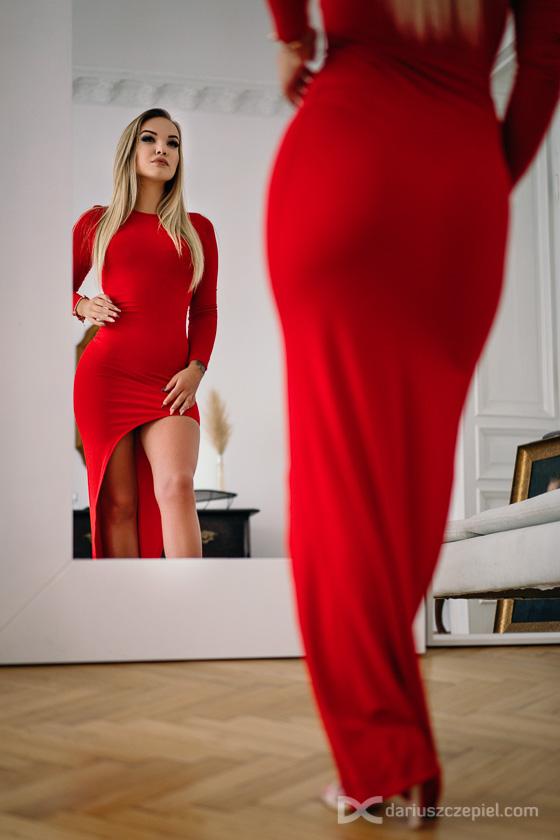 na sesji sensualnej czasem eksponuje sie kobiece wdzieki i pokazuje pupe, biodra czy piersi