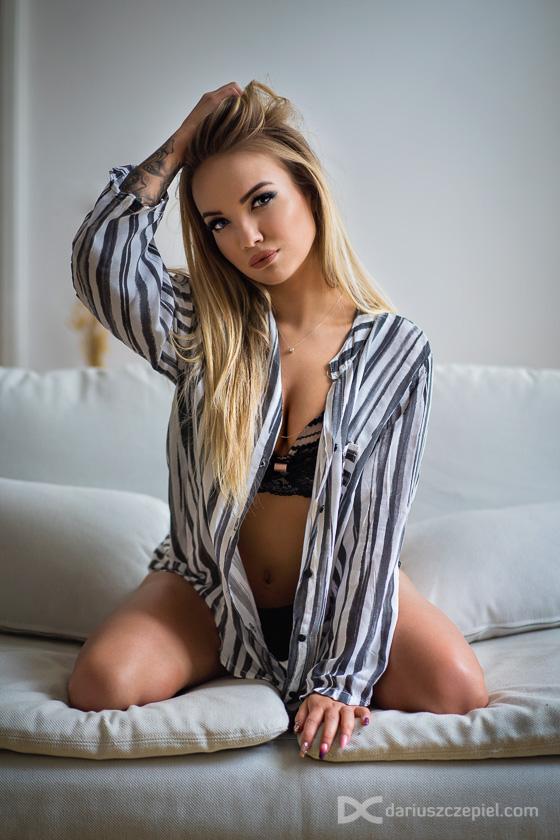 seksowna blondynka pozuje w zmyslowej pozie na sesji sensualnej