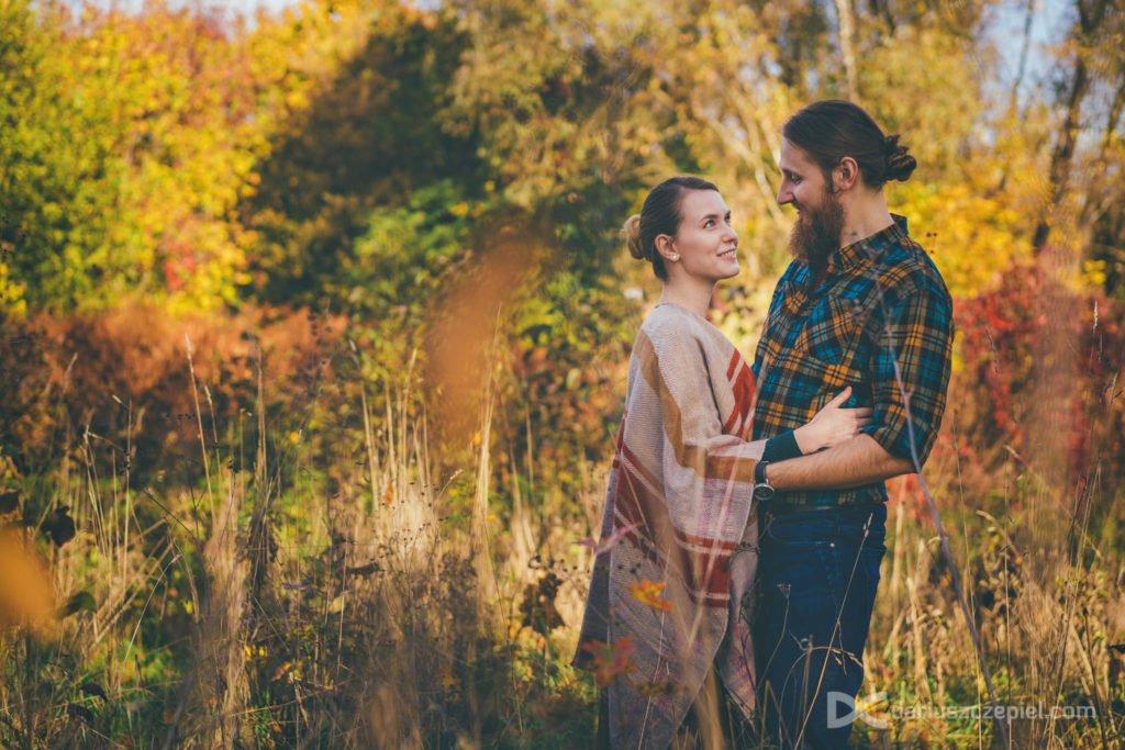 Dariusz Czepiel Fotografia uchwycił w kadrze zakochanych podczas jesiennej sesji narzeczeńskiej wśród pięknych kolorowych drzew