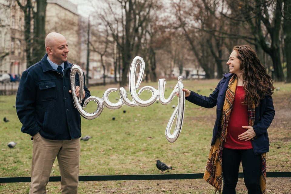 baby annoucement photographer in Krakow Dariusz Czepiel helping Rebecca and Aaron share great news to the world