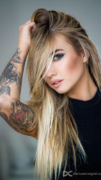 portret pięknej blondynki z tatuażami wykonany przez fotografa Dariusza Czepiela